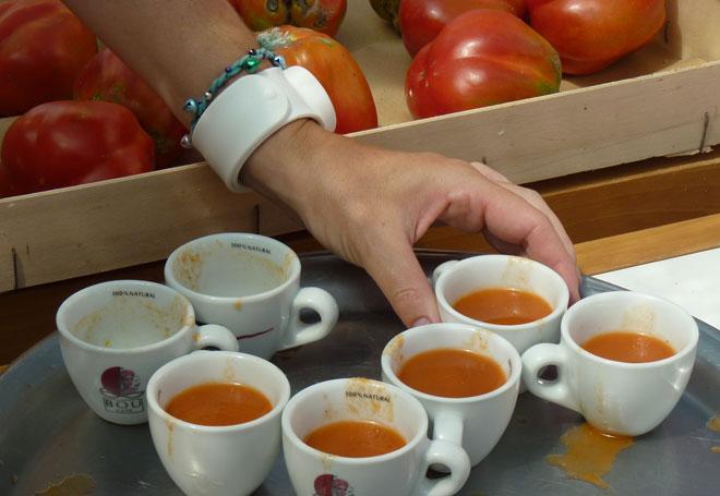 Cata de tomates ecológicos en el Ecomercat Mon Empordà de Verges. Foto credits: F. Sternbald, VivaLeBio Magazine